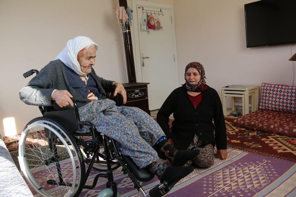102 yasindaki fatma ninenin tekerlekli sandalye mutlulugu 0 A1ryOUBA