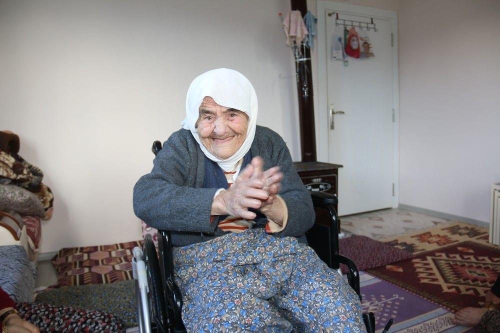 102 yasindaki fatma ninenin tekerlekli sandalye mutlulugu 1 5glGAdSJ
